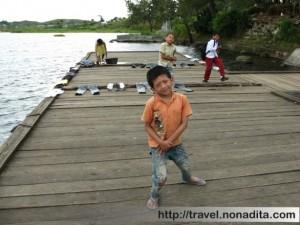 Anak-anak kecil yang bermain di dermaga