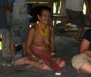 Perempuan Mentawai pun menghias tubuhnya dengan tato