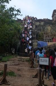 Long queue to enter Phnom Bakheng temple